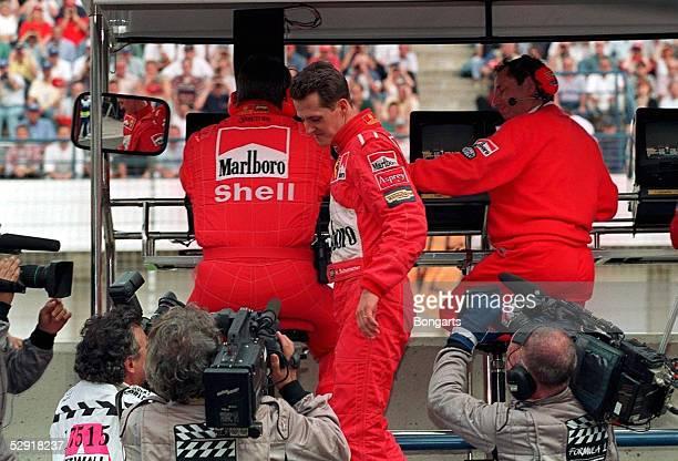 GP von EUROPA 1997 Jerez Michael SCHUMACHER/FERRARI kurz nach seinem Ausscheiden bei Ross BRAWN und Jean TODT