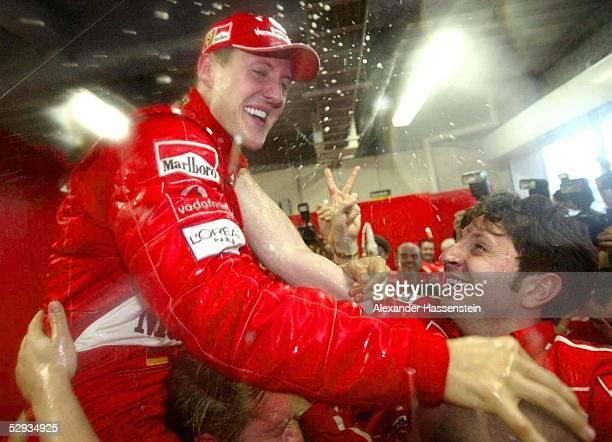 GP von Japan 2003 Suzuka Michael SCHUMACHER/GER Ferrari feiert mit seinem Team in der Box
