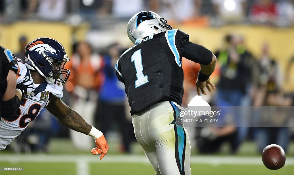 Von Miller (L) of the Denver Broncos knocks the ball from the hands of Carolina Panther quarterback Cam Newton (R) during Super Bowl 50 at Levi's Stadium in Santa Clara, California February 7, 2016. / AFP / TIMOTHY A. CLARY
