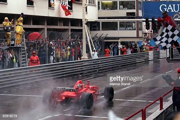 FORMEL 1 GP von MONACO 1997 Monte Carlo 110597 Sieger 1997 Michael SCHUMACHER faehrt ueber die Ziellinie