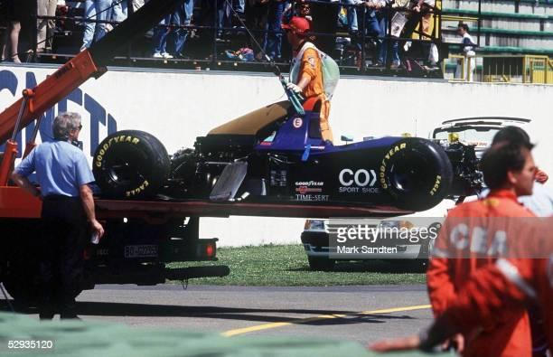 GP von SAN MARINO 1994 Imola/ITA Abtransport des Autos von R RATZENBERGER nach seinem Unfall