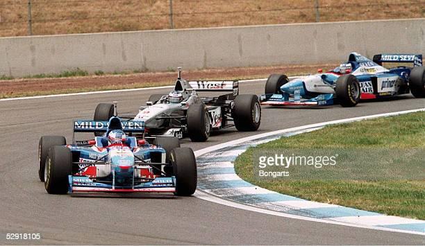 FORMEL 1 GP von SPANIEN 1997 Barcelona 250597 Jean ALESI/BENETTON RENAULT vor Mika HAEKKINEN/MC LAREN und Gerhard BERGER/BENETTON