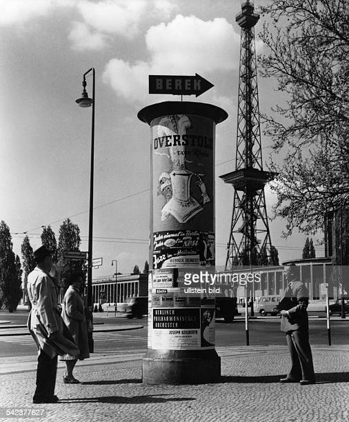 vor dem Funkturm Masurenallee Ecke Messedamm1956Foto Fritz Eschen