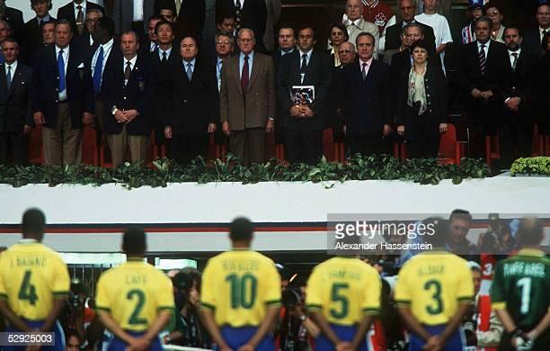 1 TEAM BRASILIEN vor der Ehrentribuene vlks UEFA PRAESIDENT Lennart JOHANSSON FIFA Vizepraesident Julio GRONDONA FIFA Praesident Joseph BLATTER ehem...