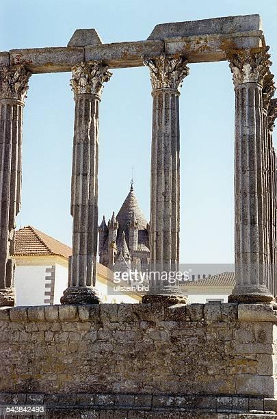 Hinter den romanischen Säulen der Ruine des DianaTempels erhebt sich die Kathedrale Sé Aufgenommen um 1998