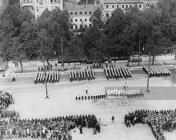 Vorbeimarsch von Einheiten der Marinewährend der Militärparade vor derTechnischen Hochschule an derCharlottenburger Chaussee auf derEhrentribüne von...