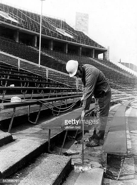 Vorbereitungen zum Umbau des Olympiastadions im Hinblick auf die FussballWM 1974 Mittels eines Flammenstrahlgeräts werden verwitterte Betonteile...