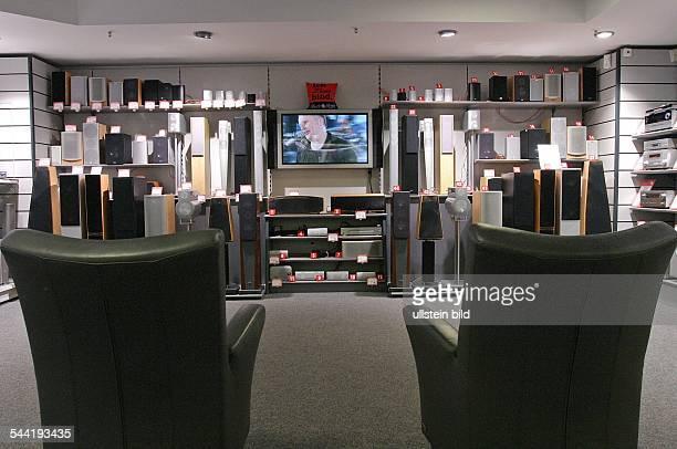 Vorfuehrraum mit Lautsprecherboxen in einer Filiale des Elektronikmarktes MediaMarkt