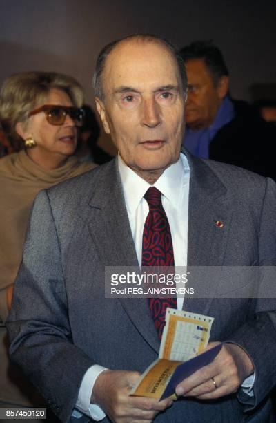Vote de Francois Mitterrand a ChateauChinon lors des elections legislatives en arriere plan Roger Hanin et sa femme Christine GouzeRenal le 28 mars...