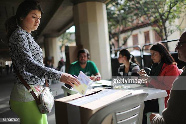 A voter casts her ballot in the referendum on a peace accord to end the 52yearold guerrilla war between the FARC and the state on October 2 2016 in...