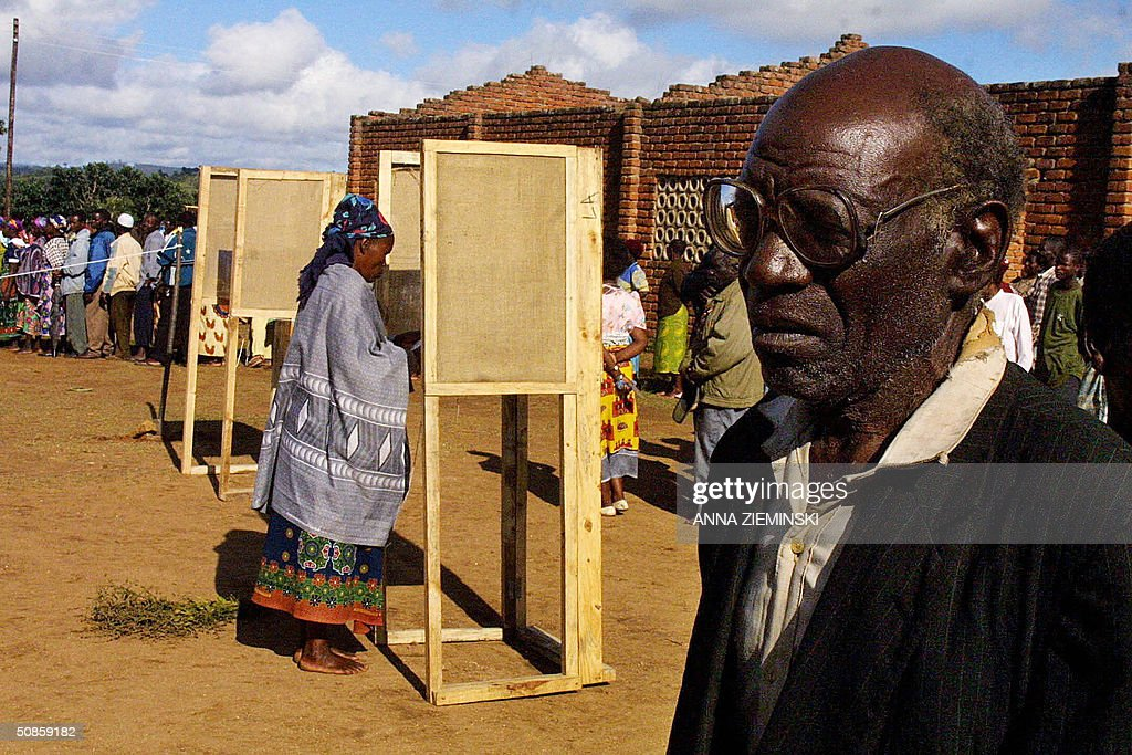 Voters are pictured at the polling station at Goliati Primary School in Thyolo district, about 50 kms outside Blantyre, 20 May 2004. Malawians go to the polls today in the country's third democratic general elections.