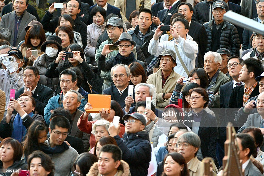 Voters listen a street speech by Liberal Democratic Party leader Shinzo Abe (not pictured) on November 25, 2012 in Osaka, Japan. Japanese people vote in the general election on December 16.
