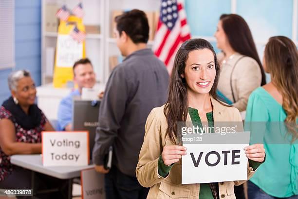 Électeurs enregistrer, de vote élection aux États-Unis.  Femme détient'Vote'panneau.
