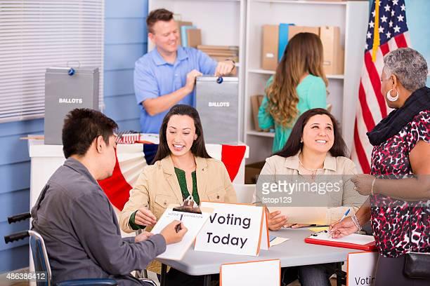 Wähler registrieren, stimmen in den USA Wahlen.  Ein Mann deaktiviert.