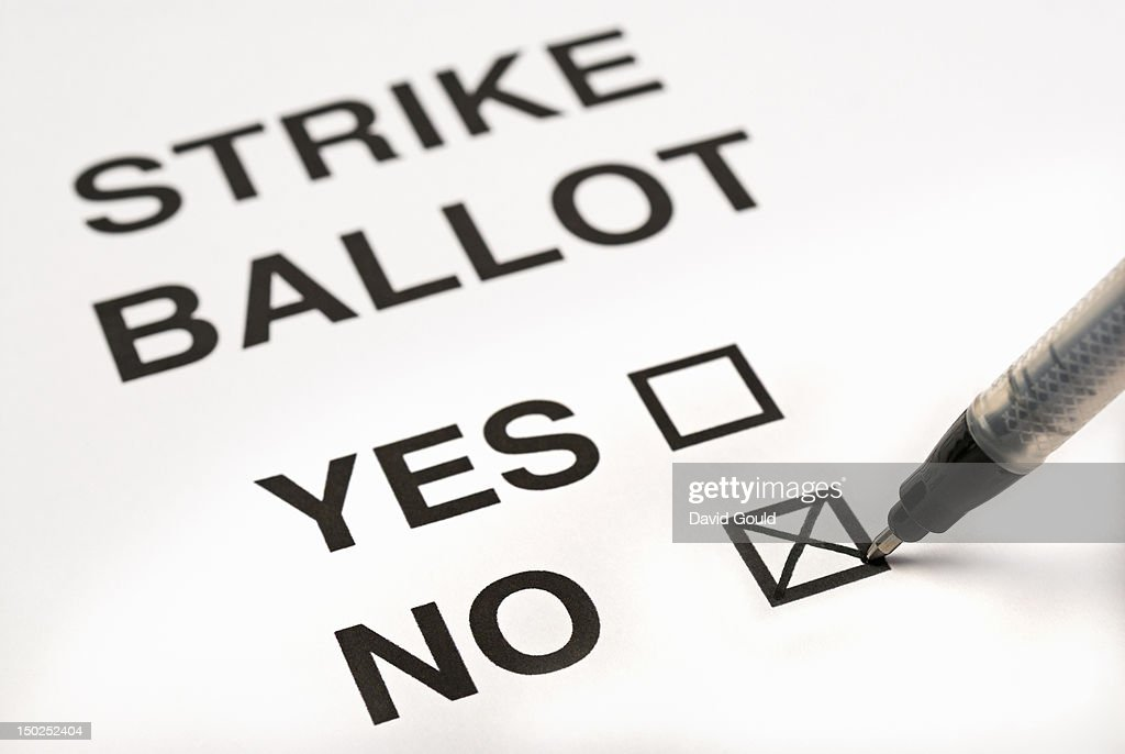 Voting not to strike on a ballot paper : Stock Photo