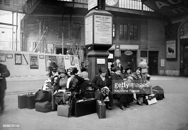 Voyageurs dans la salle des pasperdus à la Gare SaintLazare à Paris France le 14 mai 1932