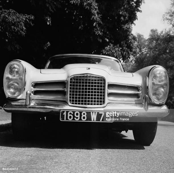 Vue avant de la nouvelle voiture Facel Vega 6 présentée au Bois de Boulogne à Paris France le 20 mai 1964