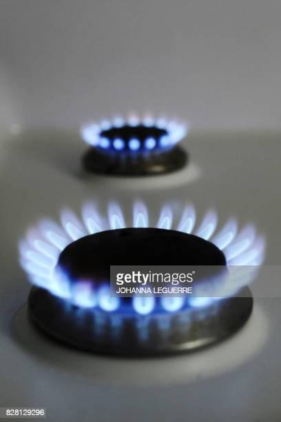 Vue de deux brûleurs d'une cuisinière à gaz en activité le 22 juin 2010 à Strasbourg GDFSuez réclame une hausse de 5% des prix du gaz au 1er juillet...