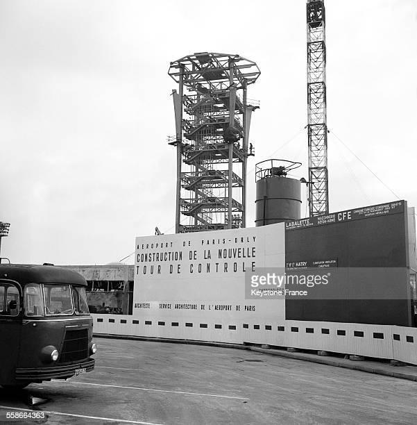 Vue de la construction de la nouvelle tour de contrôle à l'aéroport d'Orly France le 4 janvier 1965