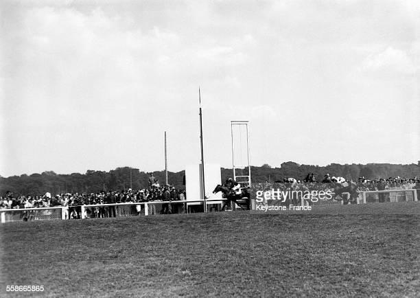 Vue de la course hippique à l'hippodrome de Longchamp Paris France en juillet 1945