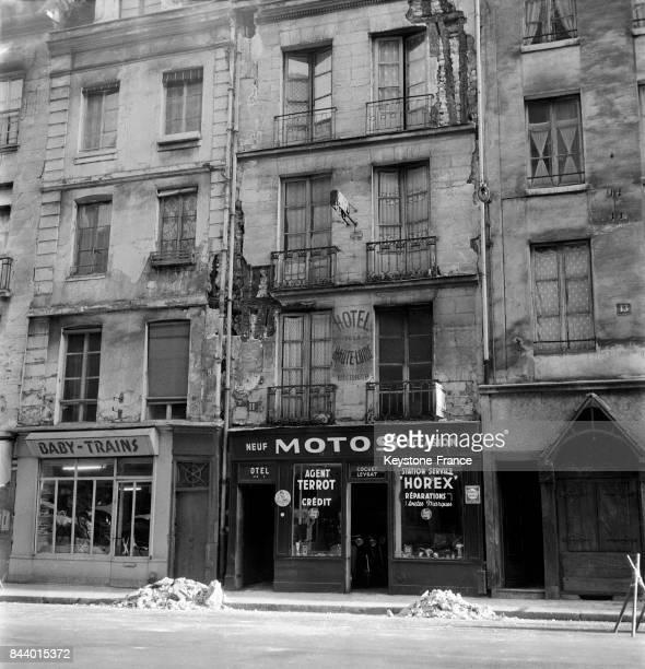 Vue de la façade de l'immeuble sur le point de tomber rue du PetitPont dans le Ve arrondissement à Paris France en 1956