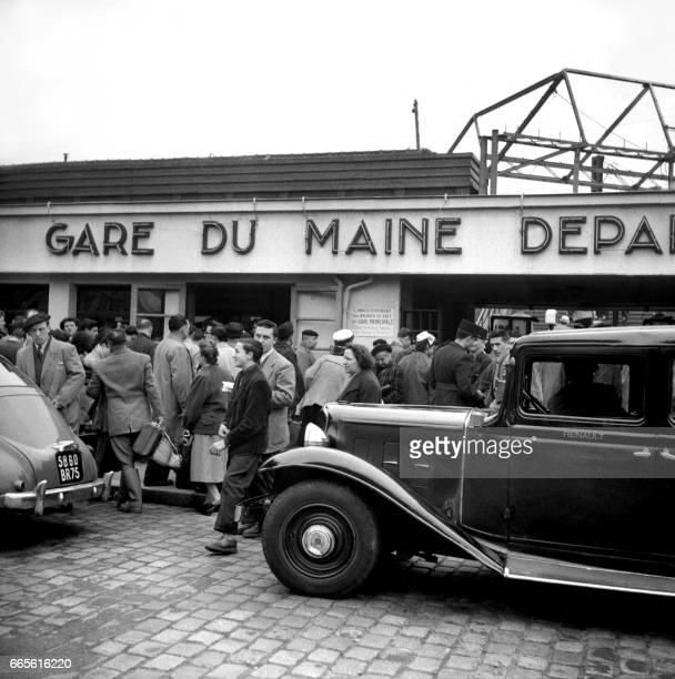 Vue de la Gare Montparnasse à Paris lors des départs en vacances le 09 avril 1955 / AFP PHOTO /