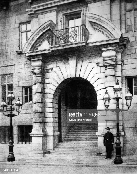 Vue de l'entrée du nouveau bâtiment de Scotland Yard à Londres RoyaumeUni le 14 mai 1964