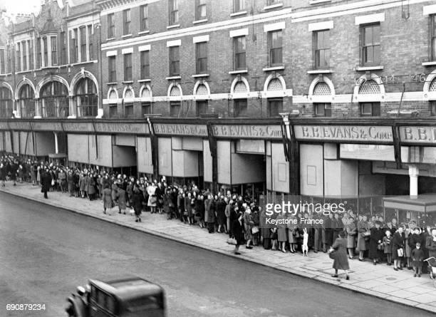 Vue de l'immense file d'attente devant un magasin sur Kilburn High Street qui solde les bas nylons à Londres RoyaumeUni le 4 janvier 1947