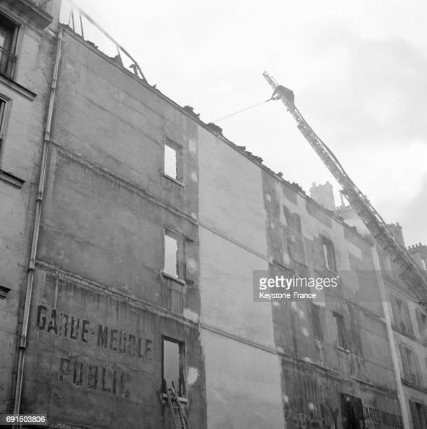 Vue de l'incendie dans le gardemeuble Bailly à Paris France en 1953