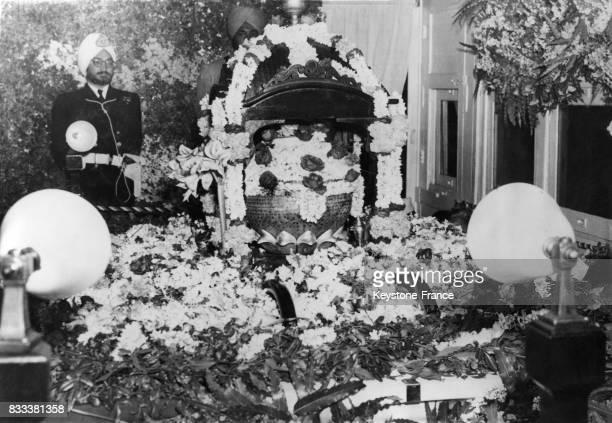 Vue de l'intérieur du wagon transportant l'urne qui contient les cendres de Gandhi illuminé et fleuri à New Delhi Inde le 13 février 1948