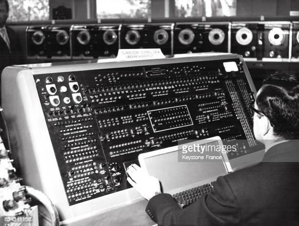 Vue de l'Univac le premier ordinateur commercial à Francfort Allemagne en octobre 1956