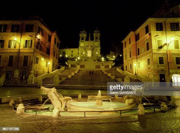 Vue de nuit de la Piazza di Spagna et de sa fontaine à Rome en octobre 1998 Italie