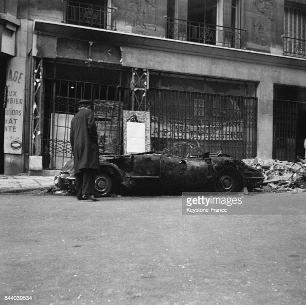 Vue des dégâts de la permanence du Parti communiste français rue du VieuxColomber où une charge plastique a explosé et a carbonisé une voiture garée...