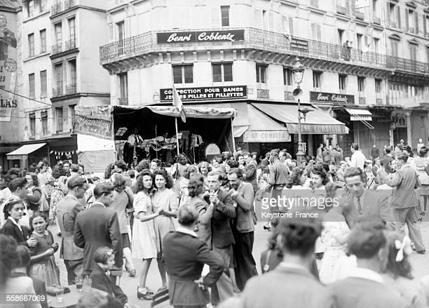 Vue du bal populaire organisé à Paris France le 14 juillet 1945