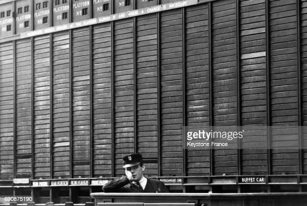 Vue du panneau d'affichage vierge des trains qui sont tous annulés à Londres RoyaumeUni le 19 mai 965