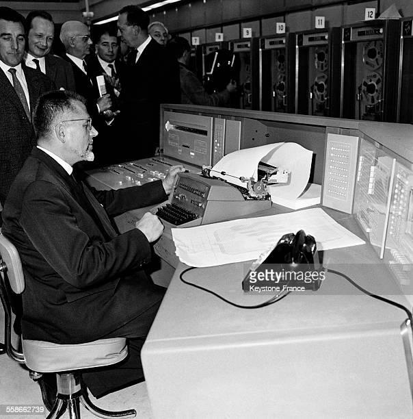 Vue partielle du nouveau centre de gestion électronique de la SNCF boulevard Suchet à Paris France le 22 juin 1961