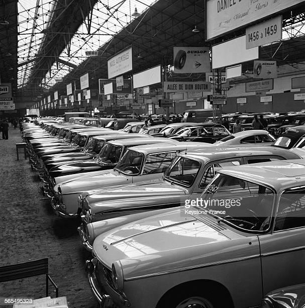 Vue partielle du Salon où l'on peut trouver des véhicules de tout âge et de tout prix à la Porte de Versailles à Paris France le 9 octobre 1961