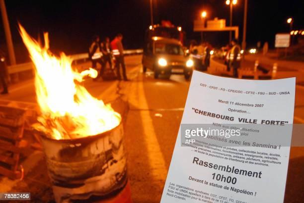 Vue partielle d'un barrage dress l'entre de Cherbourg l'aube du 11 dcembre 2007 lors de l'opration 'Cherbourg ville forte' pour protester contre la...