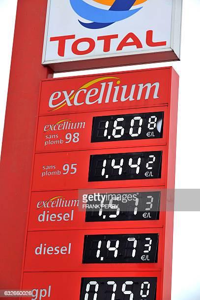 Vue prise le 27 mai 2008 d'un panneau d'affichage du prix des carburants dans une stationservice de Nantes qui propose du diesel à un prix supérieur...