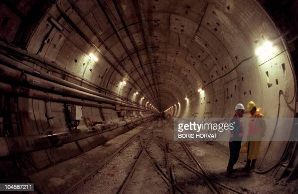 Vue prise le 27 novembre 1990 à Sangatte d'ouvriers sur le chantier du tunnel sous la Manche construit par la société Eurotunnel Technicians work on...