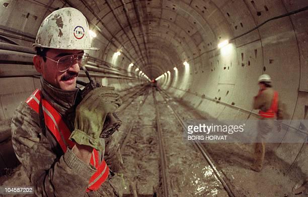 Vue prise le 28 novembre 1990 à Sangatte d'ouvriers sur le chantier du tunnel sous la Manche construit par la société Eurotunnel Technicians work on...