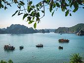 La baie de Lan Ha est adjacente à la très célèbre baie d'Along. Moins visité que sa grande sœur, elle offre pourtant un spectacle tout aussi appréciable.