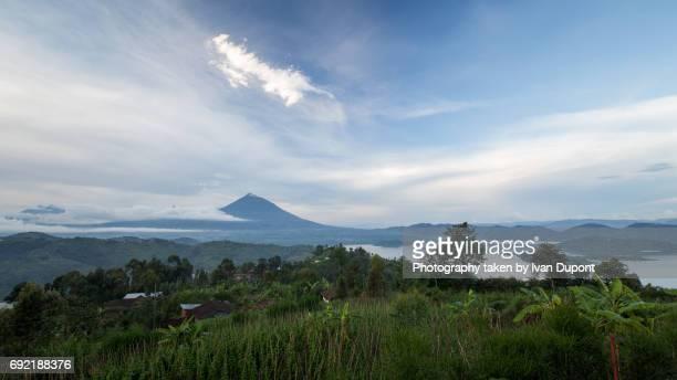 Vue sur le volcan Gahinga depuis la colline de Rihandinzi