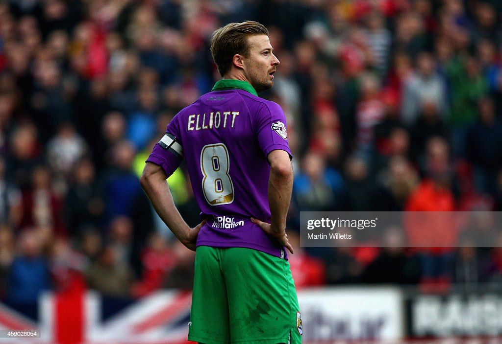 Wade Elliott of Bristol City stands dejected after being sent off during the Sky Bet League One match between Swindon Town and Bristol City at County...