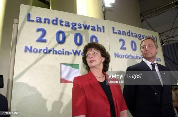 Wahl in NordrheinWestfalen am 13 April 2000 Der Ministerpräsident und SPDPolitiker Wolfgang Clement steht neben seiner Frau Karin im Düsseldorfer...