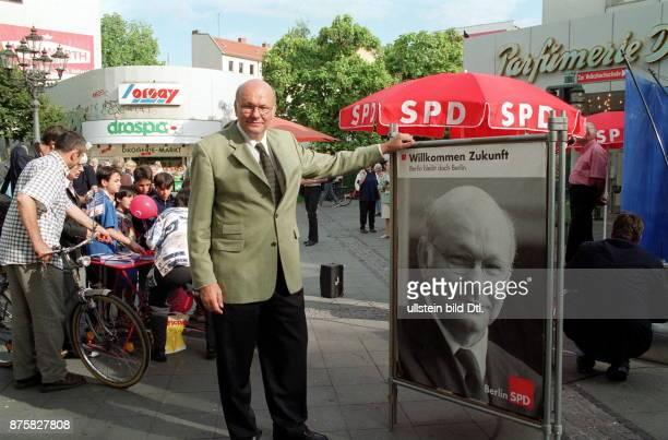 Wahlkampf in SPD Spitzenkandidat Walter Momper im Strassenwahlkampf an einem Stand der SPD