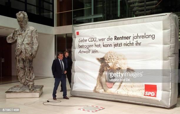Wahlkampf Wahl zum Abgeordnetenhaus in Ottmar Schreiner Bundesgeschäftsführer der SPD präsentiert in der Bundeszentrale der Partei ein Wahlplakat auf...