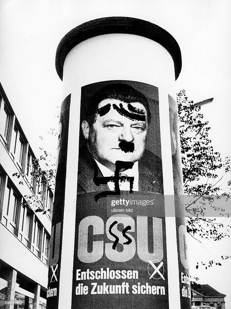 Wahlplakat der CSU mit einem Porträt von Franz Josef Strauß das umgestaltet wurde ein sog HitlerBärtchen ein Hakenkreuz und ein stilisiertes SS...
