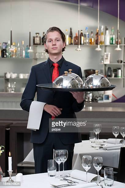 Serveur portant un plateau de service au restaurant XXXL image