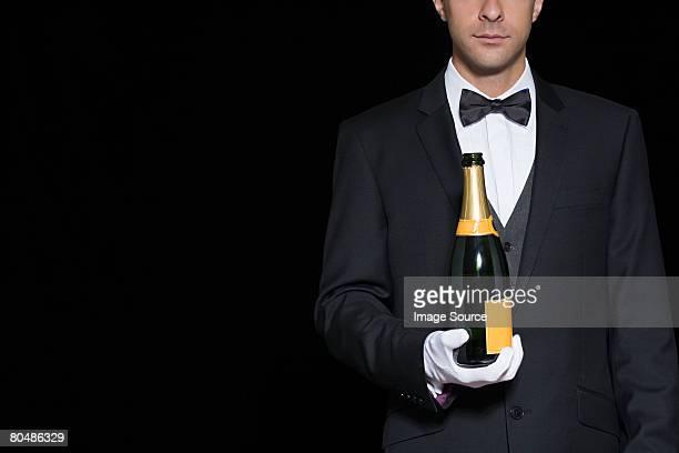 Kellner holding Champagner